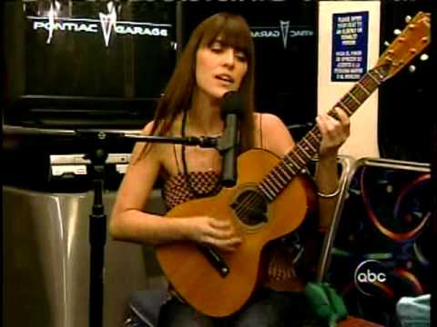feist-performs-all-acoustic-on-a-city-bus-2007-vob-avideogal