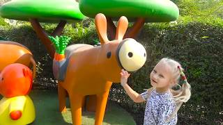 Alice Pretend Play with funny Animals on playground !