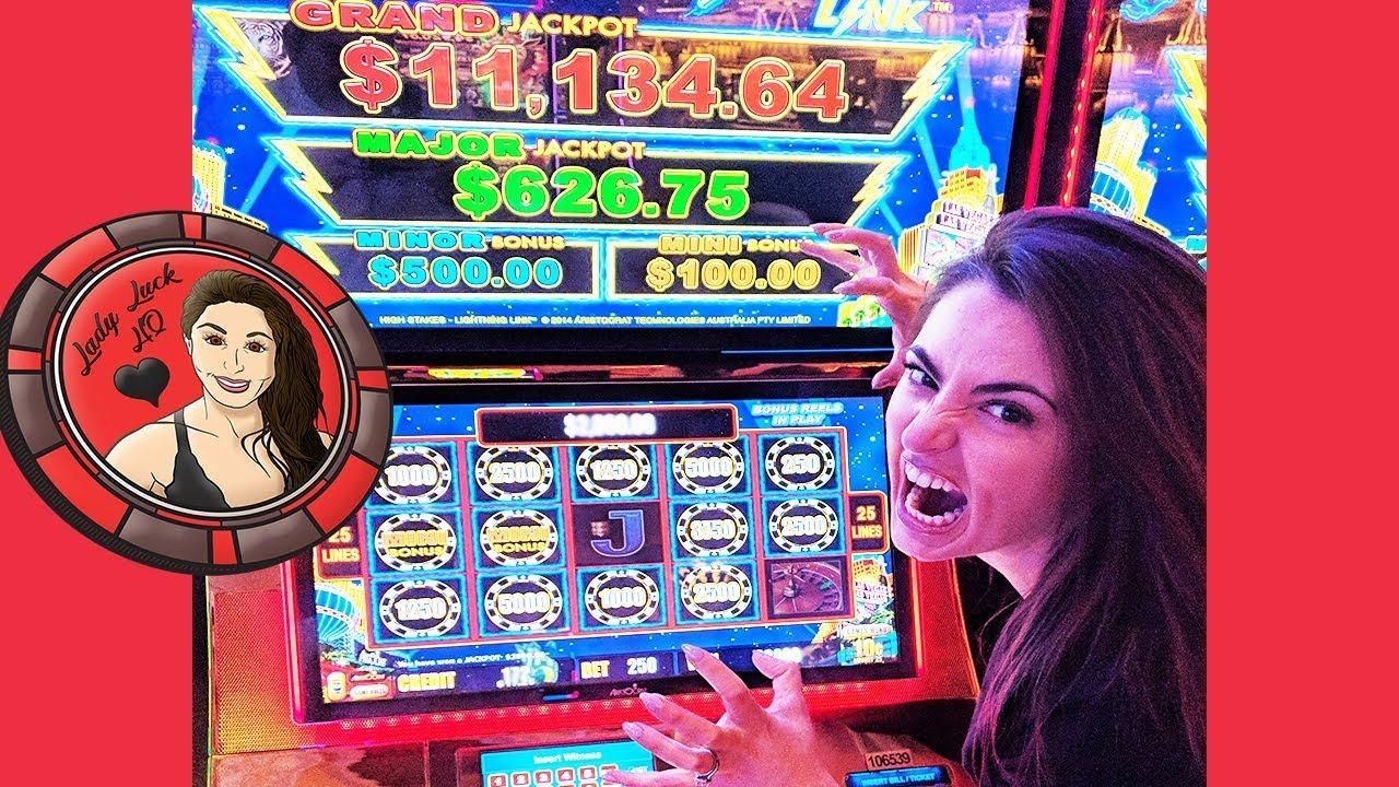Lightning Jackpots Slot Machine