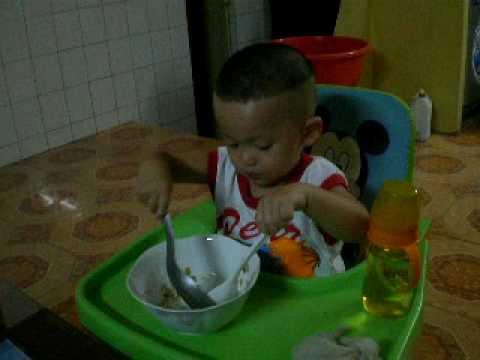 Bin đang tập ăn