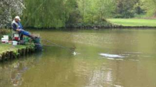 Loeken Tatjen vangt een brasem in het stadspark te Aalst