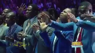 Mục sư Chris Oyakhilome cầu nguyện xin sự xức dầu bội phần đến trên những mục sư phục vụ Chúa.
