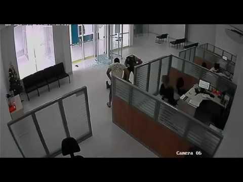 Неудачное ограбление банка. Охранник отработал отлично и задержал грабителя.