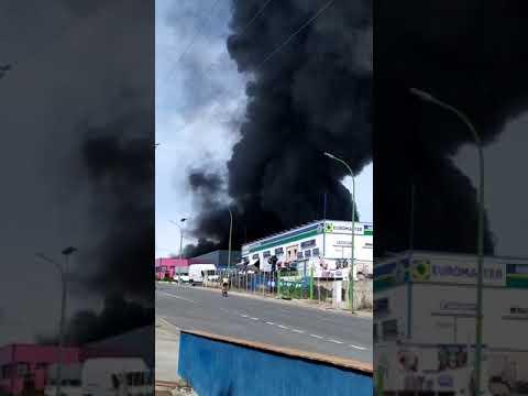 Aparatoso incendio en una nave de reciclaje de Segovia