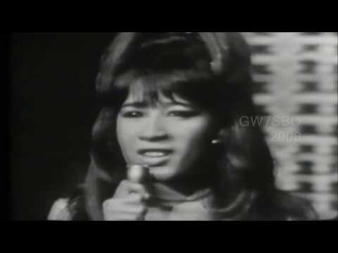 I Saw Mommy Kissing Santa Claus - The Ronettes