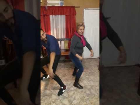 Enseñandole a bailar a mamá