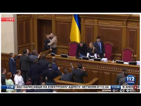 Блокирование трибуны, толкаются Дмитрук и Власенко
