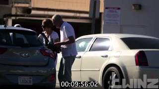 تجربه اجتماعيه  ترك طفل في سياره وترك كلب في سياره صدمه!!!