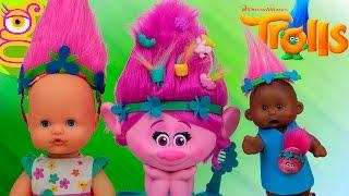 Martina y Luci juegan disfrazadas de Poppy con juguetes de Trolls