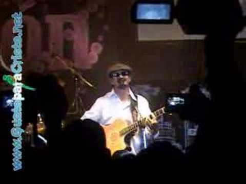 Ricardo Arjona (Malin) cantando para El Creador