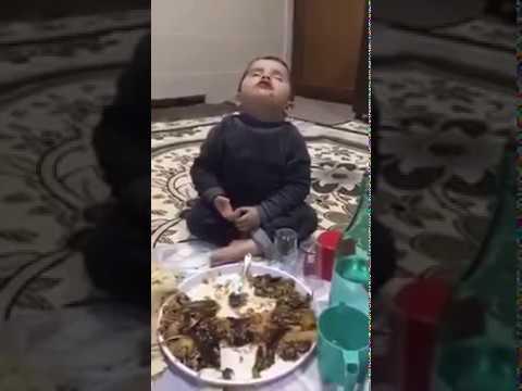 Yemek yerken uyuyan çocuk