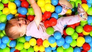 Kinder Video mit Bianca. Wir spielen mit Bällen und lernen die Farben.