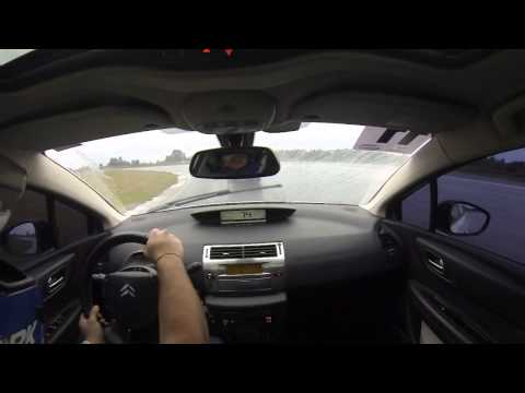 Citroën C4 Hatch 2.0 no Velopark 03 - Pista molhada
