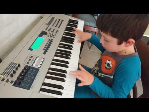 Fede tocando Piratas del Caribe en el Piano