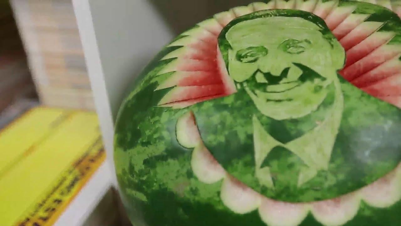 Cartazista Esculpe Em Melancia O Rosto De Eduardo Campos Youtube