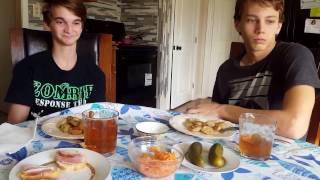 Американец пробует копченое сало, жареные пельмени и салат с редькой и морковкой.