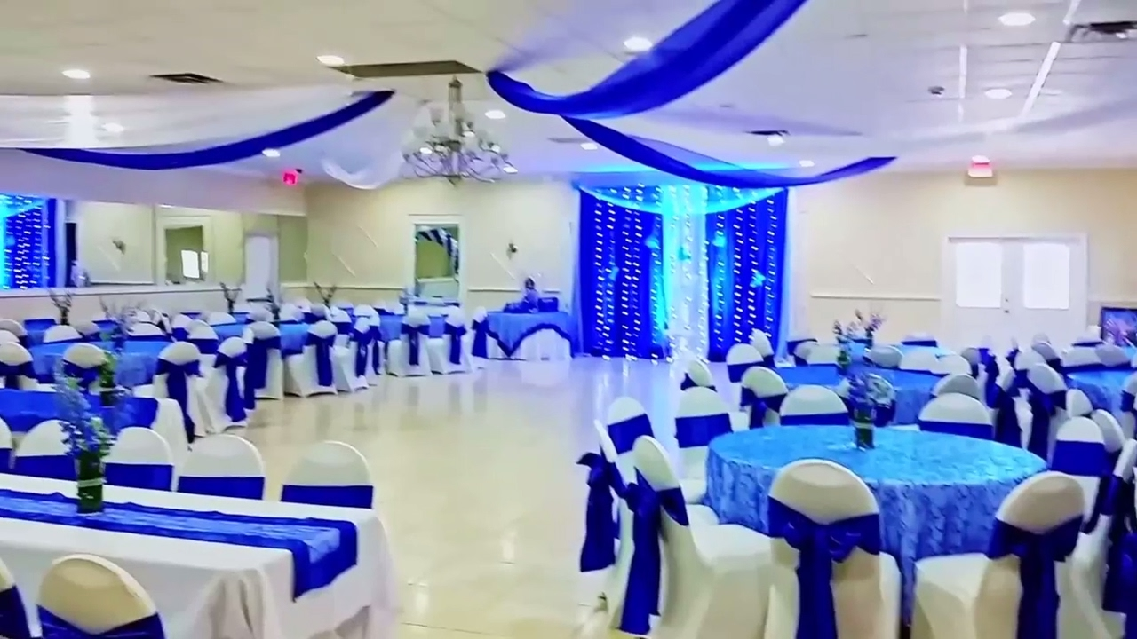 Decoracion de 15 a os color azul rey youtube for Arreglos de salon con globos