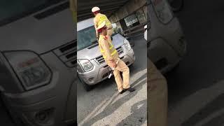 Xôn xao clip CSGT trèo lên đầu xe quát tài xế xuống xe