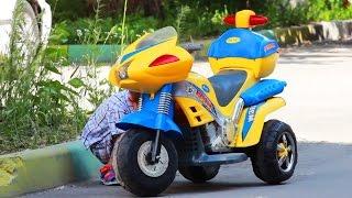 Дети и машина. Дети катаются на электромобиле. МанкитуИгры(Манкиту - канал для детей. Видео для детей. Также на канале Манкиту смотрите: https://youtu.be/gnL2JmJUhwY - Мультик про..., 2016-07-08T03:47:23.000Z)