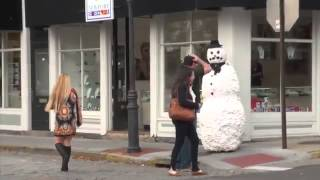 Прикольный розыгрыш с оживающим снеговиком