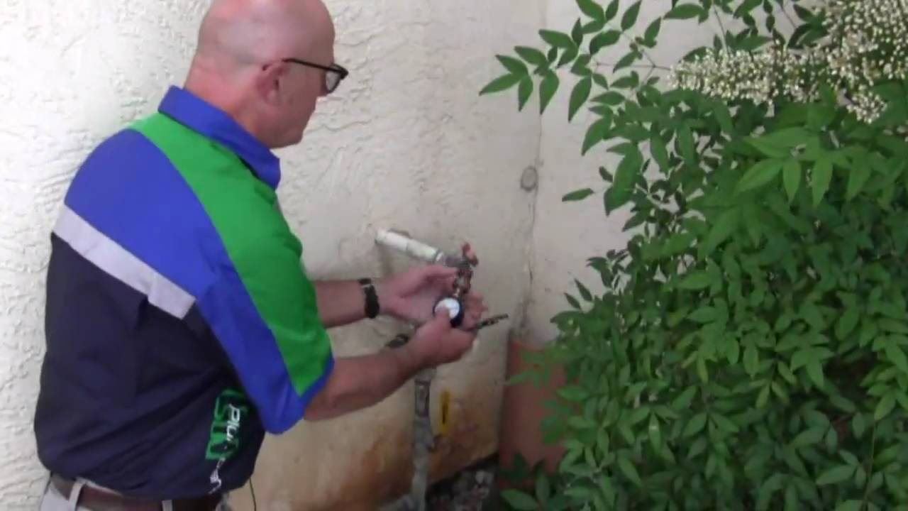 How to check your water pressure & pressure regulator - YouTube