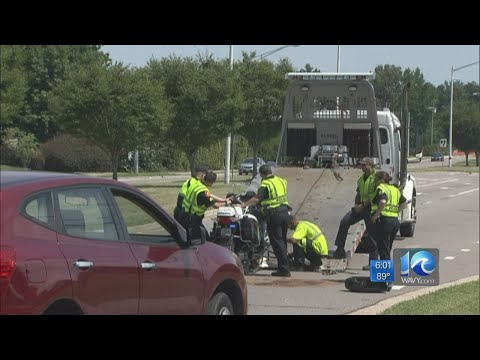 Va. Beach police officer injured in crash on Dam Neck