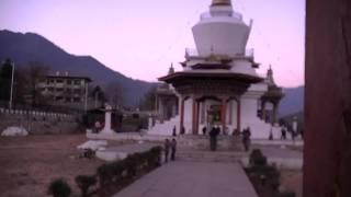 Тхимпху столица Королевства Бутан. Ступа. Высота 2400м.(Приехали в столицу Королевства Бутана Тхимпху уже к вечеру, поэтому съёмки такие. Сразу поехали к центральн..., 2012-01-19T23:24:39.000Z)