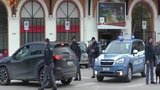 Metal detector e cani antidroga, controlli della Polizia in stazione