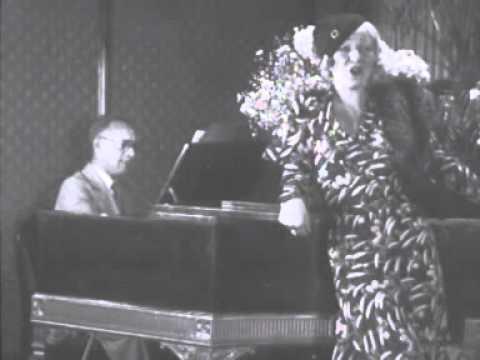 Pierre Palla begeleidt Gitta Alpár op de vleugel (1933)