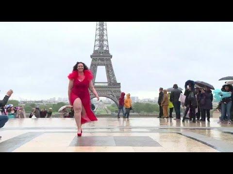 عرض أزياء أمام برج إيفل لتشجيع النساء الممتلئات على تقبل أجسادهن!