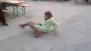 Шоу пьяной девушки в кафе