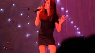 Красиво поёт )