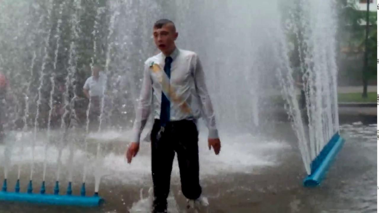 Пьяные выпускники купаются в фонтане. г. Житомир