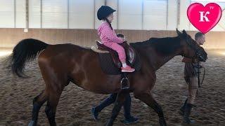 СЮРПРИЗ. Катание на лошадях. Кормим лошадь. Развлечения для детей(СЮРПРИЗ. Катание на лошадях. Кормим лошадь. Развлечения для детей ❤Кристина катается на лошади, кормит..., 2016-08-14T08:19:20.000Z)