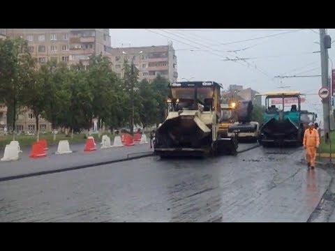 В Челябинске укладывают асфальт в лужи