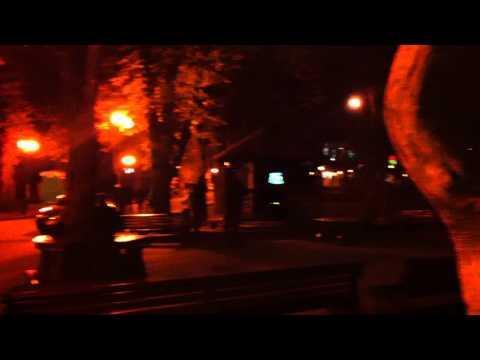 Kharkov Şevçenko parkında karaoke yapan gençler