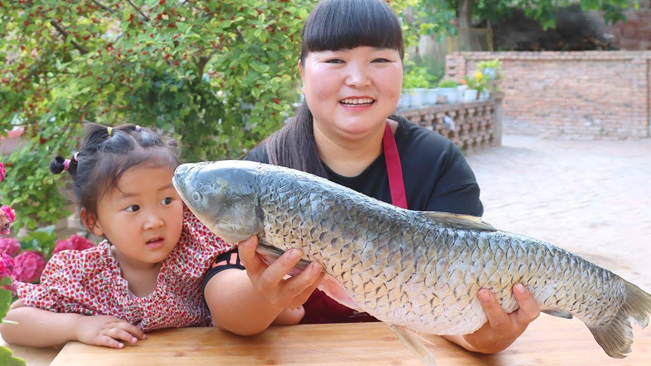 【陕北霞姐】夏季家人烧烤趴,7斤大草鱼串起来烤着吃,吃肉喝酒玩游戏,欢乐祥和一家人!