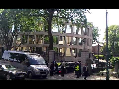 President Obama in Dublin , Ireland. US Embassy visit. Car problem!!