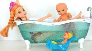Frozen Anna Les da un Baño de burbujas en la tina a Gabriel y Luisa!!! TotoyKids