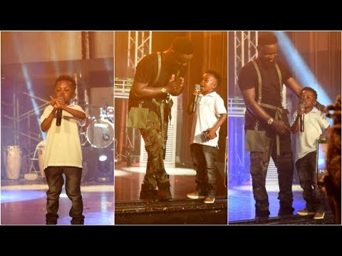 Aww.. Don Little Prophesy Blesses for Sarkodie @ RapperHolic Concert.....