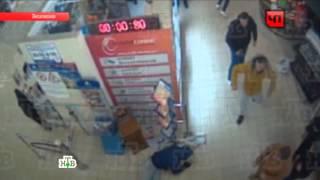 Схватка продавцов наркотиков сактивистами вмосковском магазине попала на видео(В распоряжении НТВ появились кадры, на которых зафиксирован момент стрельбы у московского магазина «Седьм..., 2013-11-23T15:44:48.000Z)