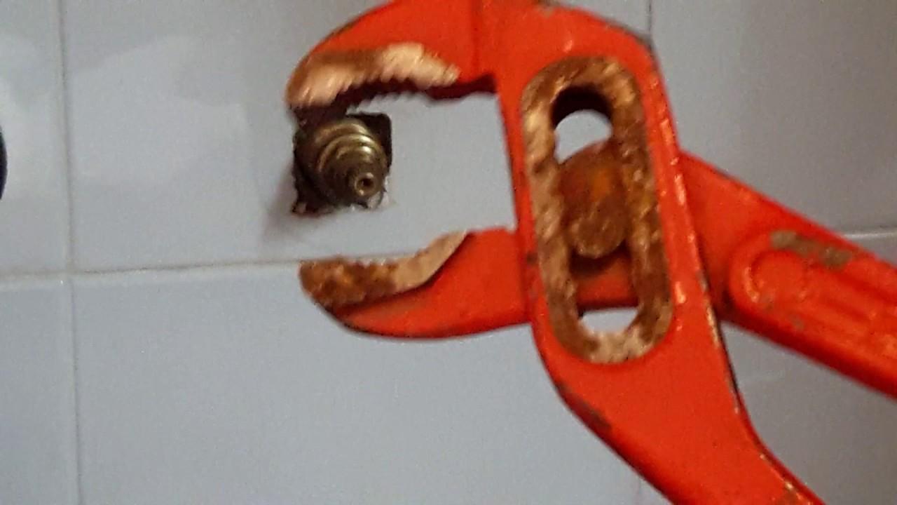 Come chiudere la valvola di chiusura acqua del bagno youtube - Valvola chiusura acqua bagno ...