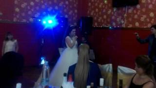 Невеста поет песню жениху на свадьбе