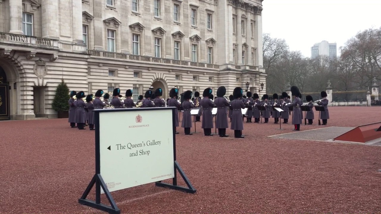 Christmas Music at Changing Guards event at Buckingham Palace in London - YouTube