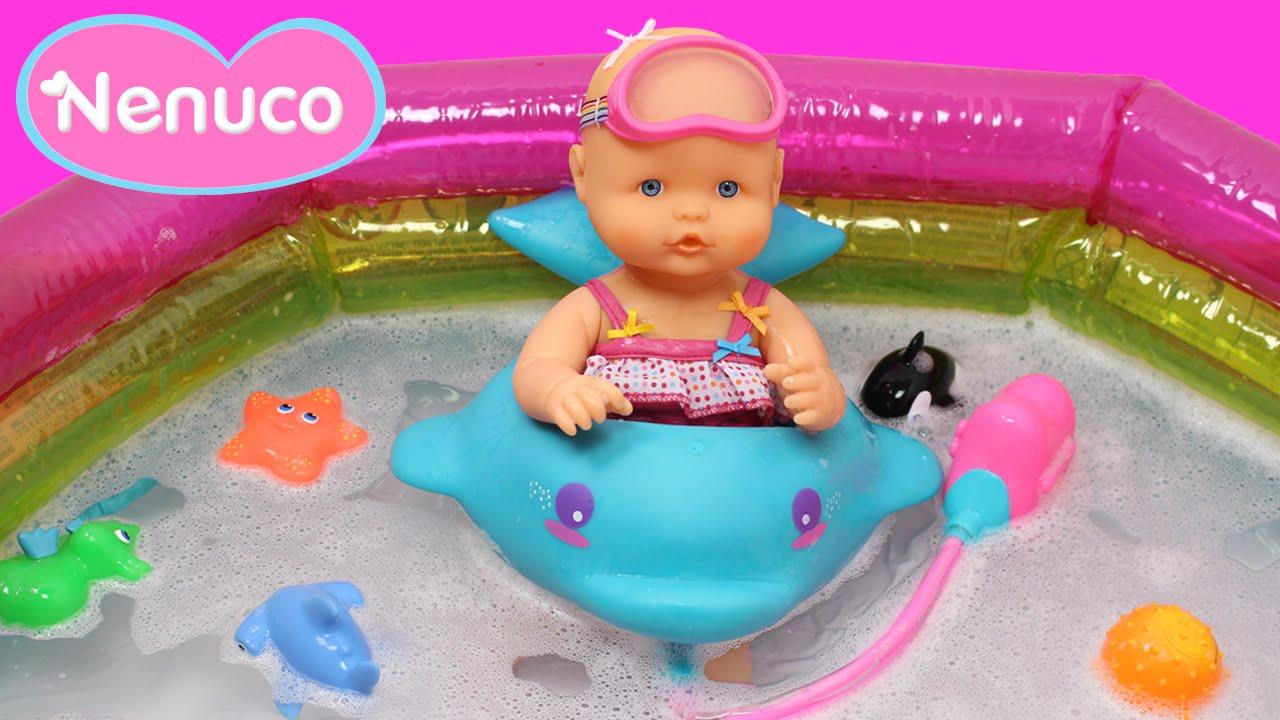 Nenuco ba o de burbujas la beb nenuco se ba a en la for Piscina bebe con parasol
