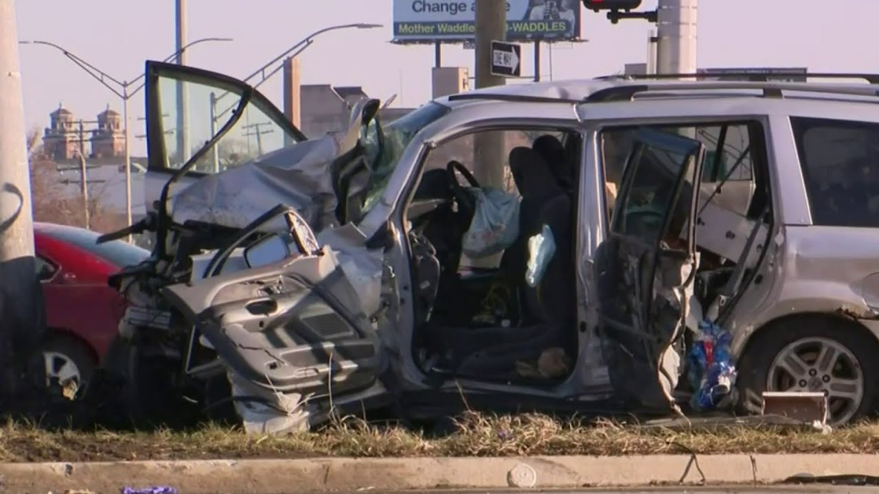 Police chase ends with car crashing into pole in Detroit