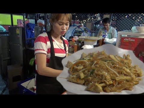 Thai Lady Making Stir Fried Noodles with Chicken | Bangkok Street Food