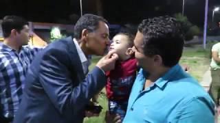 مدير أمن الإسماعيلية يداعب طفل صغير