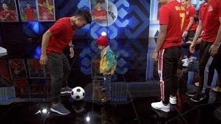 Xúc động khoảnh khắc em bé bị ung thư não được thực hiện ước mơ với các cầu thủ ĐT Việt Nam | VTV24