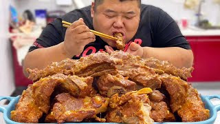 Fat guy fills up 10 catties of ribs and makes a 'Koreanstyle ribs' to relieve the gluttony.